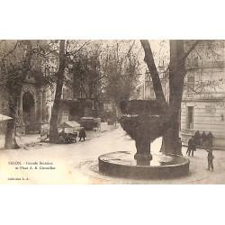 13 - Bouches-du-Rhône [13] Salon-de-Provence - Grande fontaine et Place A.B. Crousillat.