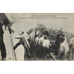 ABAO 62 - Pas-de-Calais [62] Calais - La Catastrophe du Pluviôse. Scaphandriers et sauveteurs débarquant après l'arrivée dans...