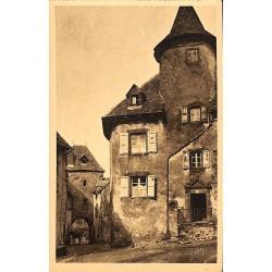 ABAO 15 - Cantal [15] Salers - Rue et Porte de la Martille.