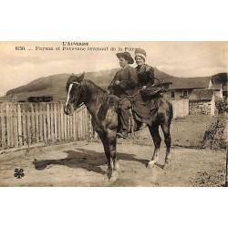 ABAO 63 - Puy-de-Dôme [63] Auvergne - Paysan et Paysanne revenant de la Foire.