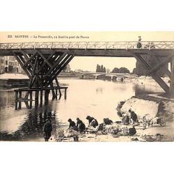 ABAO 17 - Charente-Maritime [17] Saintes - La Passerelle, au fond le pont de Pierre.