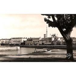 ABAO 17 - Charente-Maritime [17] Île de Ré - St-Martin-de-Ré. Les Quais du Bassin. A droite l'Eglise.