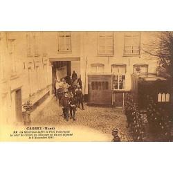 ABAO 59 - Nord [59] Cassel - Les Généraux Joffre et Foch traversant la cour de l'Hôtel du Sauvage où ils ont déjeuné le 2 nov...