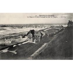 14 - Calvados [14] Trouville-sur-Mer - La Digue et la Jetée-Promenade un jour de tempête.