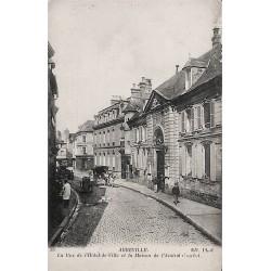 ABAO 80 - Somme [80] Abbeville - La Rue de l'Hôtel de Ville et la maison de l'Amiral Courbet.