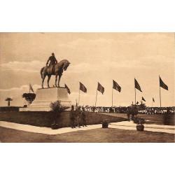 Congo Kinshasa - Le Roi à Kinshasa devant la Statue de Léopold II.