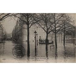 75 - Paris [75] Paris - Crue de la Seine. Avenue Montaigne.