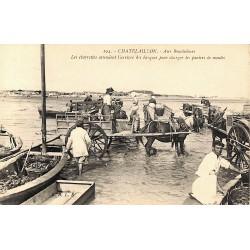 ABAO 17 - Charente-Maritime [17] Chalelaillon - Aux Boucholeurs. Les charrettes attendent l'arrivée des barques pour charger ...