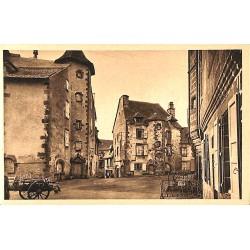ABAO 15 - Cantal [15] Salers - Vieilles Maisons sur la Grande Place. (3)