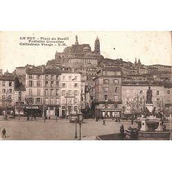43 - Haute Loire [43] Le Puy - Place du Breuil. Fontaine Crozatier. Cathédrale Vierge.