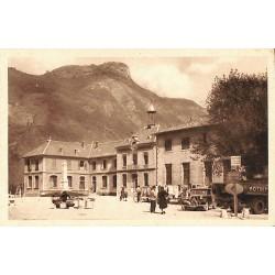 38 - Isère [38] Vif - La Place de la Mairie et la Montagne d'Uriol.