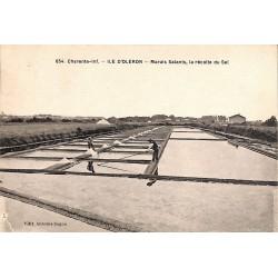 ABAO 17 - Charente-Maritime [17] Île d'Oléron - Marais Salants, la récolte du sel.