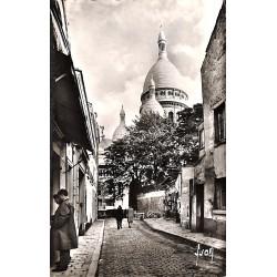 ABAO 75 - Paris [75] Paris - La Basilique du Sacré-Coeur vue de la rue du Chevalier-de-la-Barre.