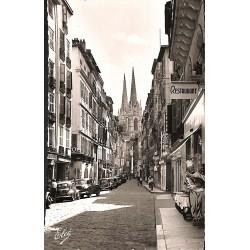 ABAO 64 - Pyrénées Atlantiques [64] Bayonne - La Rue Port-Neuf et les flèches de la Cathédrale. - Carte photo.