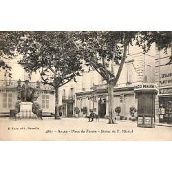ABAO 13 - Bouches-du-Rhône [13] Arles - Place du Forum. Statue de F. Mistral.